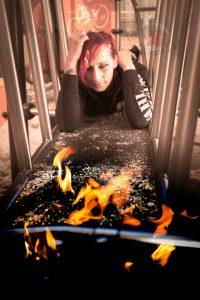 Frau liegt entspannt auf Durchgang mit Flammen