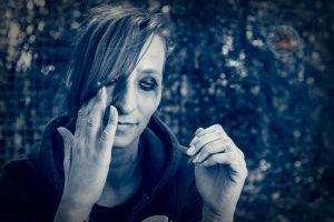 Weinende Frau mit verschmiertem MakeUp